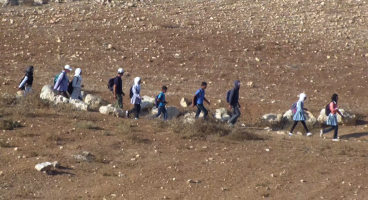 2013-10-01 Negligence of the Israeli soldiers exposes Palestinian children at risk on the way to school, South Hebron Hills