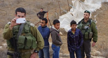 2013-11-02 Israeli Army prevent Palestinian to access their land: two arrested